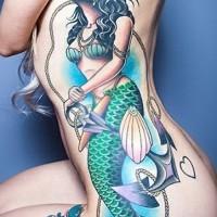 grande sirena colorata con ancora tatuaggio su costolette