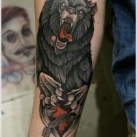 Farbiger Grizzlybär in einem  jagdlichen Fangeisen Unterarm Tattoo