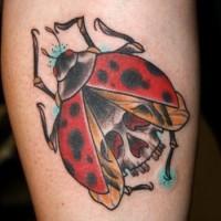 Farbiger Marienkäfer Schädel Tattoo am Bein