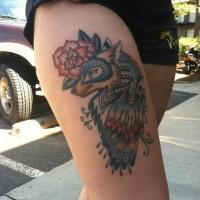 Farbiger Rabe mit dem Wolf Tattoo am Oberschenkel für Frauen