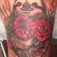 Tatuaje de perezoso divertido entre flores