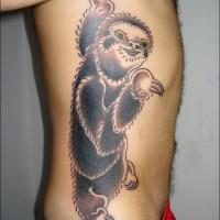 colorato bradipo con occhi arancione tatuaggio sulle costolette