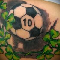 Farbiger Fußball mit grünem Klee Tattoo
