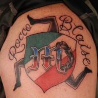 simbolo ccolorato di italia tatuaggio sulla spalla