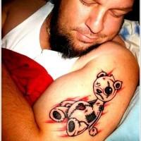 Tatuaggio curioso sul braccio l'orsetto Teddy ferito