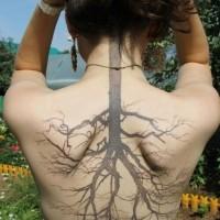 Tatuaggio curioso sulla schiena l'albero nero