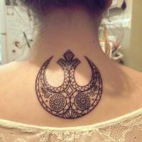 Tatuaje en el cuello, símbolo estilizado de la guerra de las galaxias, tinta negra