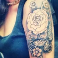fresco idea farfalla e rosa bianca tatuaggio per ragazza
