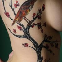 Tatuaje en el costado, cerezo en flor y pajarito lindo