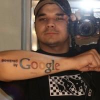 fresco google simbolo disadattato tatuaggio avambraccio
