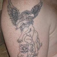 particolare disegno meta grifone meta leone tatuaggio su spalla