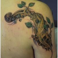 fresca idea di geco su un ramo come strumento musicale tatuaggio sulla spalla