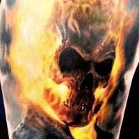 molto naturale colorato cavaliere fantasma in fuoco tatuaggio su spalla