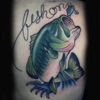 fresco dipinto grande colorato pesce con lettere tatuaggio su gamba