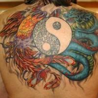 Tatuaggio colorato sulla schiena  i dragoni & il disegno in stile Yin-Yang