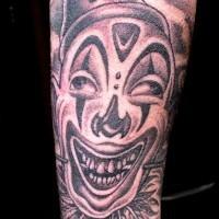pagliaccio pazzo in un cappello tatuaggio