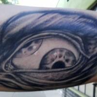 incredibile occhio da sotto pelle nero e bianco tatuaggio su braccio