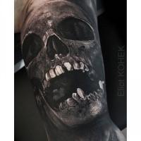 Creepy dall'aspetto colorato del tatuaggio di Eliot Kohek del teschio umano