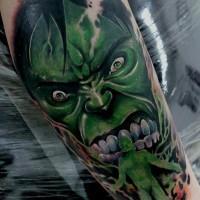 Gruselig aussehendes farbiges Unterarm Tattoo des bösen Hulks und grüner Person