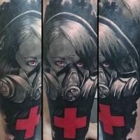 Gruselig aussehendes neue Schule Stil Frau in der Gasmaske Tattoo mit großem rotem Kreuz
