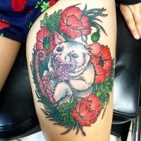 Gruseliges Monster weiße Maus in roten Mohnblumen detailliertes Oberschenkel Tattoo