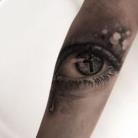 croce dentro occhio con lacrime tatuaggio da Niki Norberg
