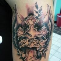 croce con iniziali e ali tatuaggio sul braccio