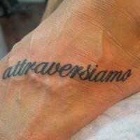 sforzi incrociati tatuaggio sul piede tatuaggio