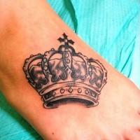 corona tatuaggio su piede con sacco di modelli