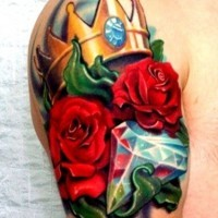 corona tatuaggio con vari colori per maschio
