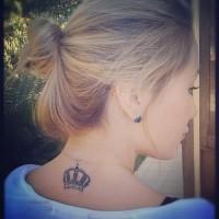 corona tatuaggio per ragazza sulla nuca