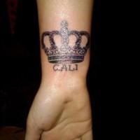 corona con nome tatuaggio sul polso