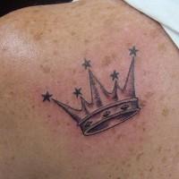 corona con picconi stelle tatuaggio sulla spalla