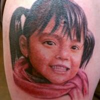 Tatuaje  de chica pequeña sonriente  en bufanda