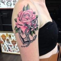 bella ancora grigia con grande rosa rosa tatuaggio sulla spalla