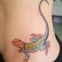 Nette große bunte Eidechse mit langen Schwanz  Seite Tattoo der Frau
