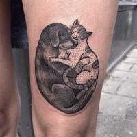 Nette schwarze Katze und Hund umarmen Tattoo am Oberschenkel