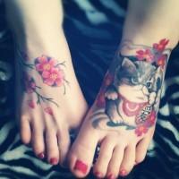 Tatuaje de gatito y  rama de cerezo en los pies