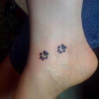 due piccoli impronti di zampe tatuaggio su caviglia di donne