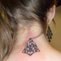 carino simbolo celtico trinitario tatuaggio sulla nuca per ragazza
