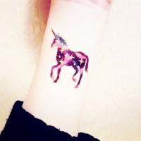 Nettes farbiges kleines Tattoo am Handgelenk von Einhorn