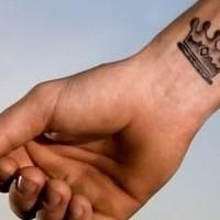 bella corona tatuaggio  su polso