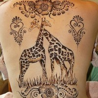 carine giraffe con modelli floreali tatuaggio sulla schiena