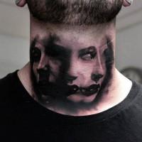 particolare ritratto ragazza tatuaggio su collo