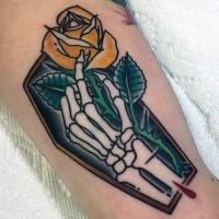 Netter kleiner Sarg mit Skelett Hand und gelbe Rose Tattoo am Arm