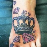 Tatuaje en el pie, corona preciosa con diamantes
