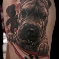 Realismusstil schöner farbiger Oberschenkel Tattoo des komischen Hundes
