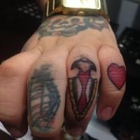 Tatuaje en el dedo,  arma antigua única pequeña