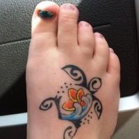 particolare tartaruga tribale tatuaggio su piede destro di ragazza