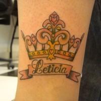 carina corona gialla con scrittura tatuaggio